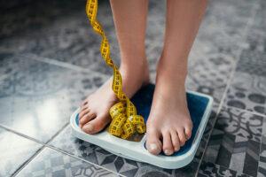 דמות עומדת על משקל